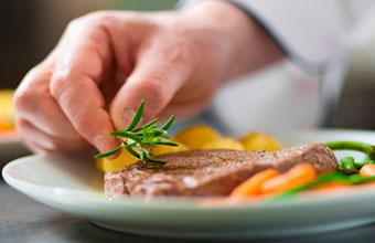 Presentar los alimentos cocinados