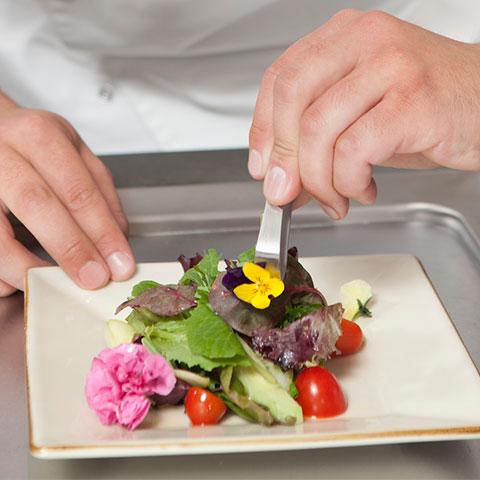 C mo decorar platos con flores comestibles ehosa - Como decorar platos ...